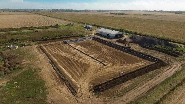 En marcha. El terreno se compacta y será impermeabilizado. Afirman que el SUM en 2 meses estará listo. Las membranas