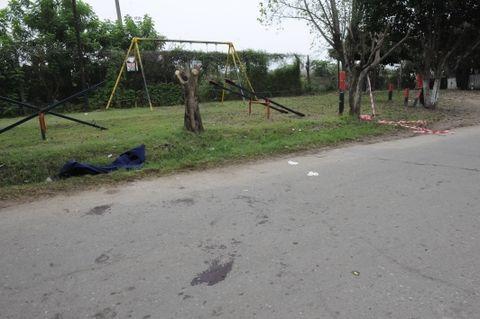 El crimen investigado ocurrió en Sabattini al 3300 frente a una pequeña plaza con juegos infantiles y una improvisada canchita de fútbol. (Foto: S.S.Meccia)