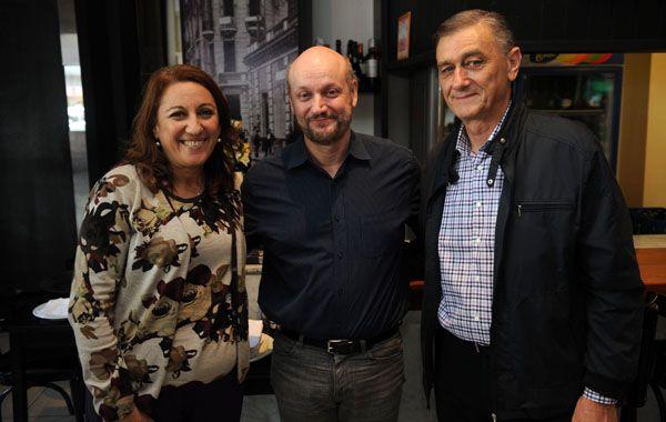 La intendenta Fein y el exgobernador Hermes Binner flanquean al director de cine Juan José Campanella.