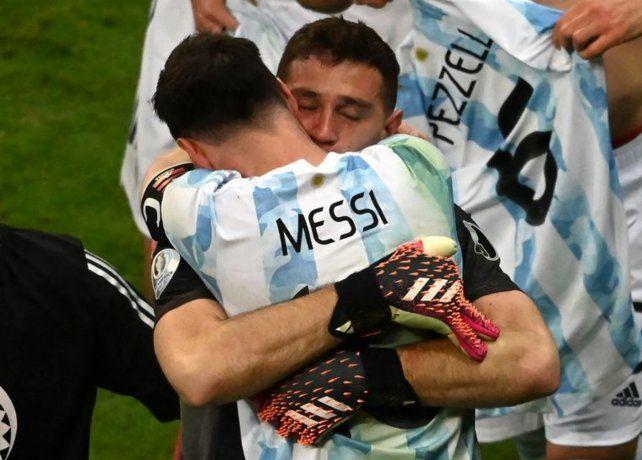 Todas las fotos de la gran noche de Messi y Dibu Martínez con la selección