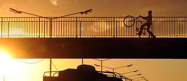 El placer de recorrer la ciudad montado en una bicicleta cuando el sol comienza a ocultarse.