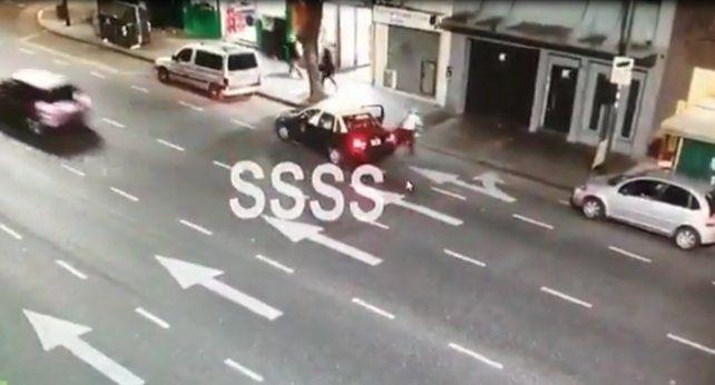 Una joven de 24 años denunció que se arrojó ayer de un taxi en movimiento en el barrio porteño de San Cristóbal.