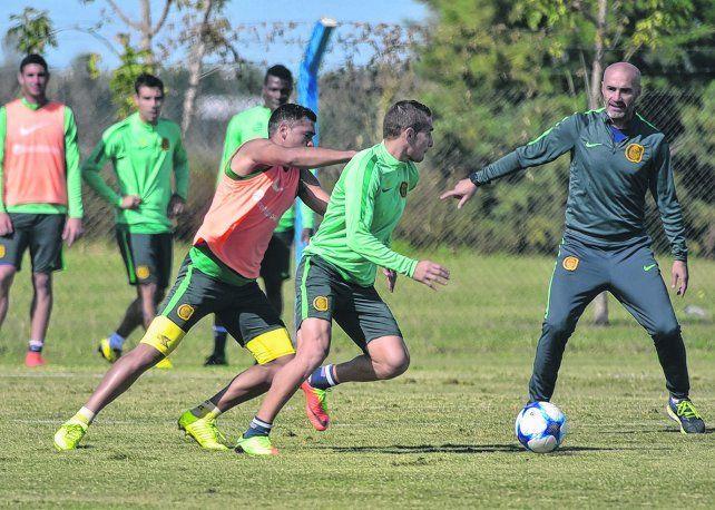 Jueguen. José Leguizamón y Marco Ruben en acción bajo la atenta mirada y las indicaciones del técnico canalla Paolo Montero. Central necesita al goleador bien afilado.