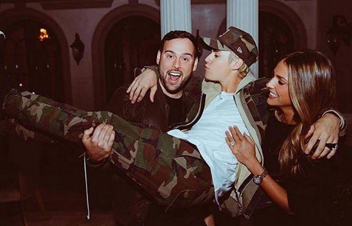 Justin festejó sus 22 añitos rodeado de amigos y bellas mujeres.