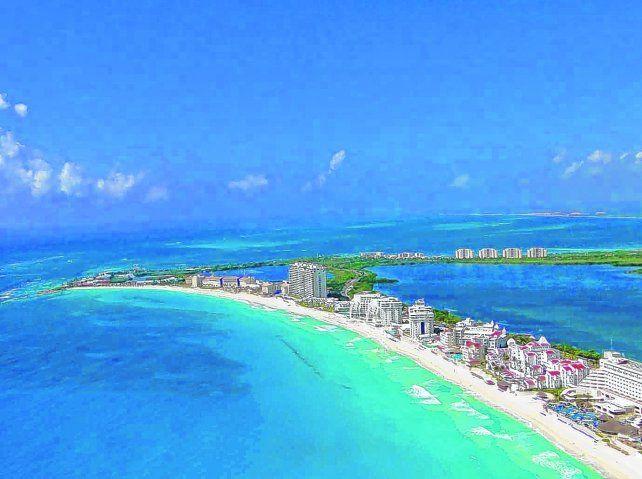 Paraíso caribeño. La arena de coral fina y blanca y aguas transparentes de las playas de Cancún están integradas a los grandes complejos hoteleros.