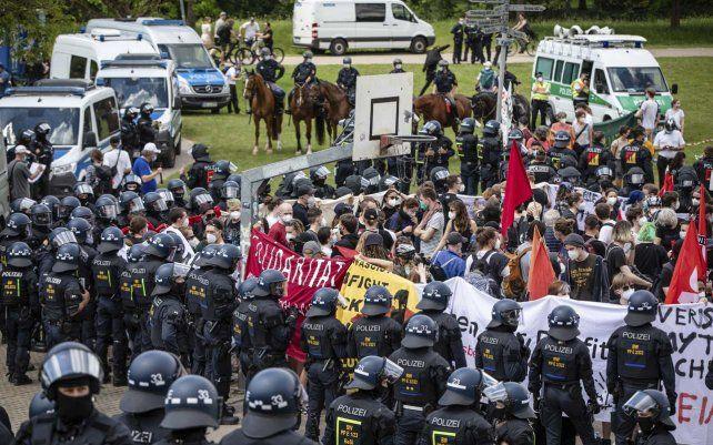 Los manifestantes que participan en una contramanifestación dirigida contra Querdenken están rodeados por unidades policiales en Karlsruhe