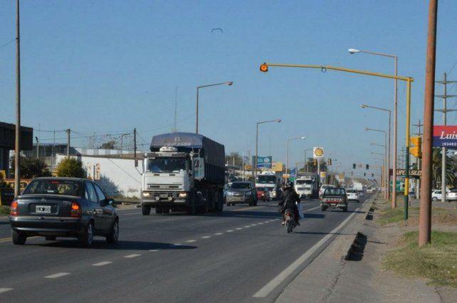 Embotellamiento. Alertan que el transporte de cargas que atraviesa el país pasa por el centro de Venado.