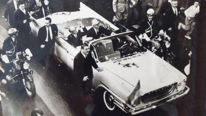Giovanni Gronchi y el gobernador Sylvestre Begnis pasean sobre un Chrysler último modelo.