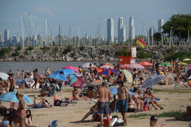 TODOS AL RÍO. La costanera norte fue la zona más pretendida en la tarde de ayer.