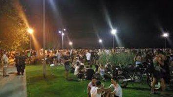 nuevos ritos nocturnos. Los jóvenes eligen los espacios públicos costeros como epicentro de sus convocatorias.