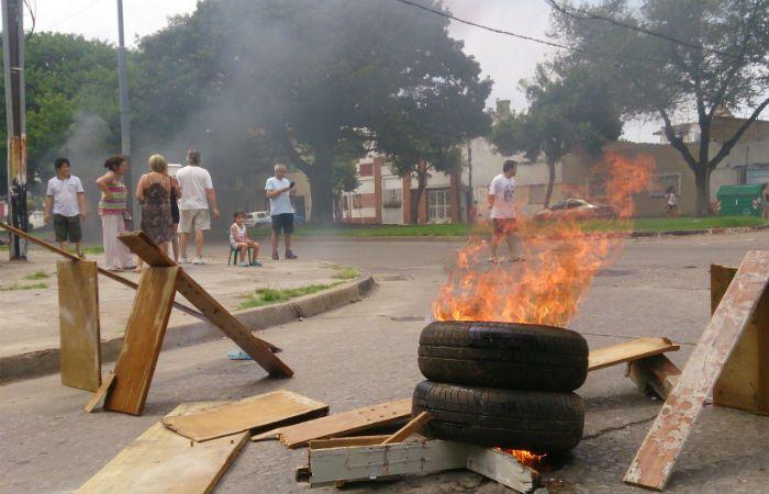 Los vecinos indignados exigen respuestas de parte de la EPE ante la falta de energía. (Foto: M Bustamante)