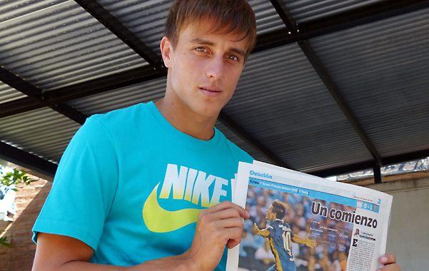 Ponele la firma. Cervi muestra la página que reflejó su loca corrida tras el golazo que convirtió en Avellaneda. (foto: Angel Amaya)