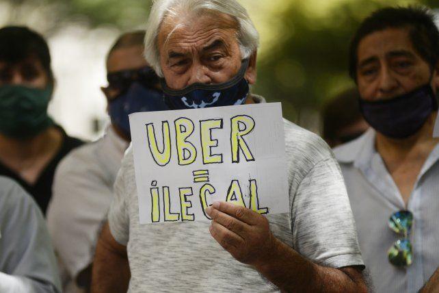 Los taxistas piden que se castigue con multas de hasta más de 400 mil pesos a los choferes de Uber.