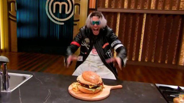 Gigante. Alex Caniggia elaboró una enorme hamburguesa y se quedó con la competencia de este lunes.