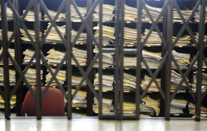 Los despachos de Tribunales están atestados de los viejos expedientes de papel.
