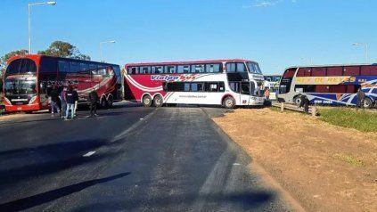 Los transportistas de turismo levantaron el corte en la autopista a Santa Fe tras conocerse la entrega de un subsidio provincial.