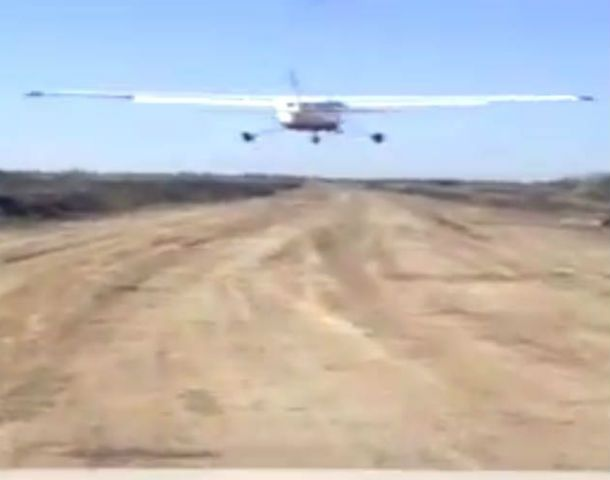 En la PC de Alvarado había un video que registra el aterrizaje y despegue de una avioneta Cessna.