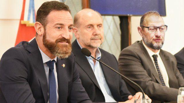 El gobernador Omar Perotti y los ministros Roberto Sukerman y Marcos Corach presentaron la propuesta a los intendentes y presidentes comunales.