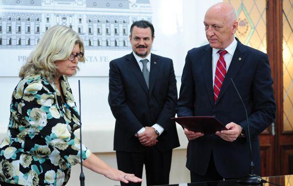 Claudia Balagué prestó juramento ayer como ministra de Educación provincial frente al jefe de la Casa Gris