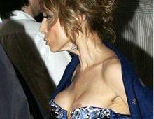 Escándalo por fotos de la hija de Berlusconi borracha y con un pecho al descubierto