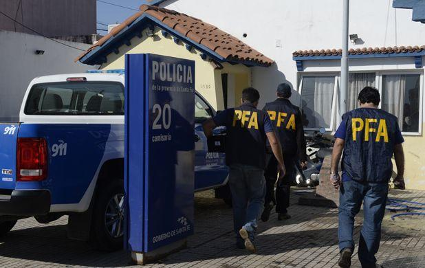 Sorpresa. Agentes federales llegan para allanar la seccional de Carrasco al 5600