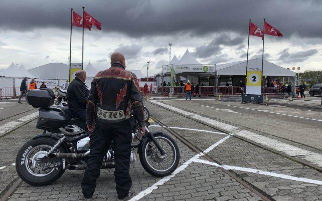 Un grupo de motocicletas esperan afuera de Vaccine Village en Amberes