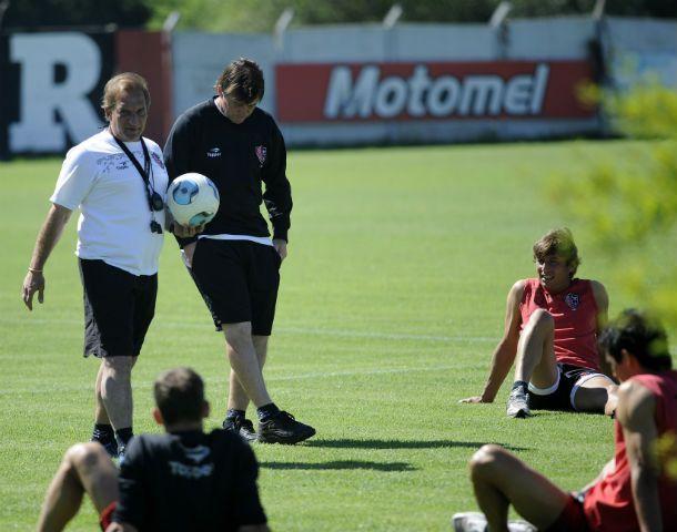 El profe Puerta dialoga con los jugadores en las tareas regenerativas de plantel. Detrás está Berti.