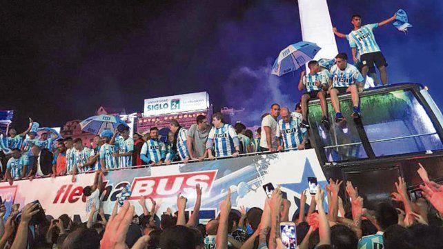 En el Obelisco. Los hinchas académicos festejaron con todo tras el partido con Tigre.