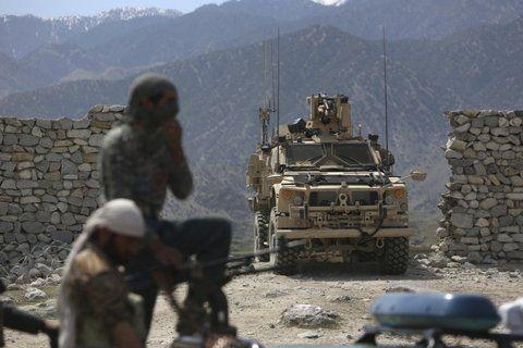 En guerra. Fuerzas estadounidenses y afganas durante un operativo.