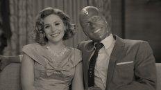 """El amor todo lo puede. Paul Bettany (Vision) y Elizabeth Olsen (Wanda), en un pasaje de """"Wandavision""""."""