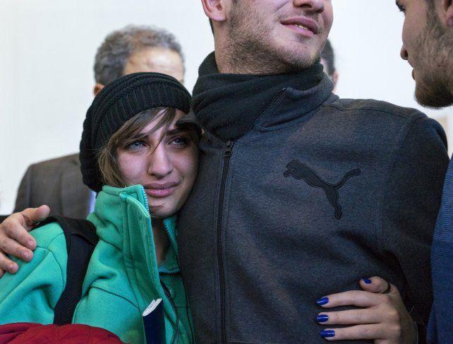 Emoción. La joven siria Sarah Assali es recibida en Nueva York. Pudo entrar por la suspensión judicial del decreto.