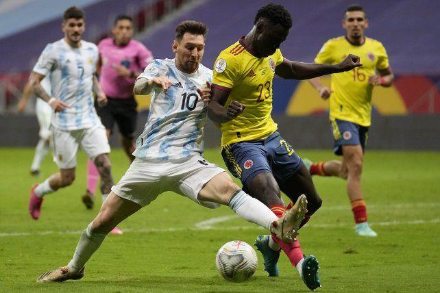 Messi disputa cuerpo el balón a cuerpo con Davinson Sanchez. Foto AP Andre Penner.