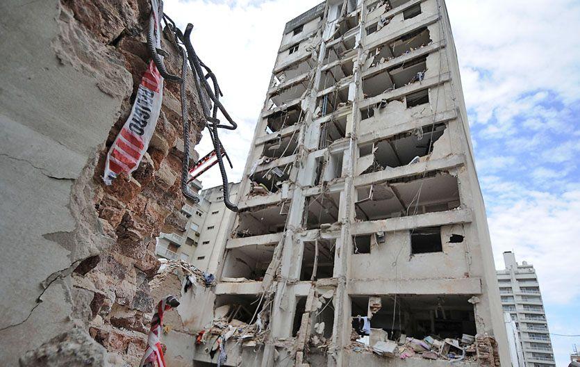 En ruinas. Esta torre es la que ya puede ser demolida. Su parte trasera linda con el estacionamiento de La Gallega. (Foto: F. Guillén)