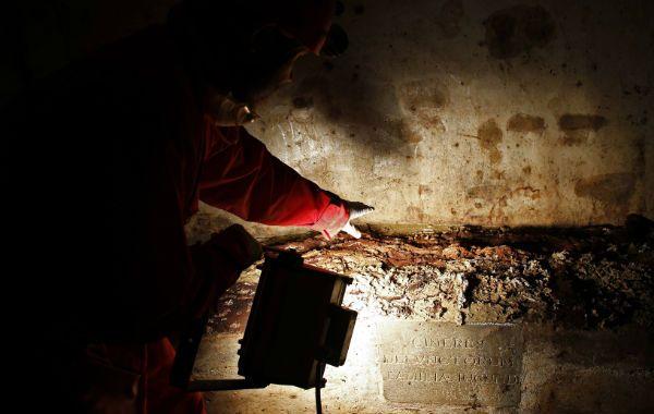 Los técnicos abren el suelo de la basílica de Florencia donde se halla la cripta de la familia Del Giocondo