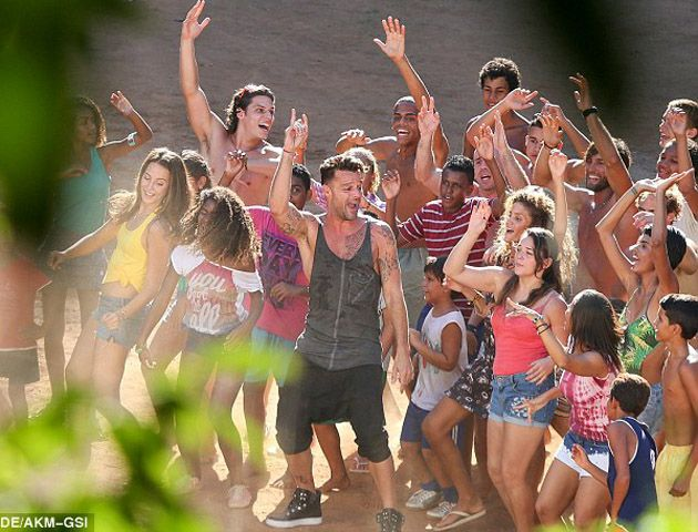 Ricky estuvo en las playas de Rio produciendo las imágenes del video.