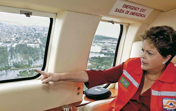 Inspección. La mandataria observa desde el aire la dimensión de la tragedia en el Estado de Minas Gerais.