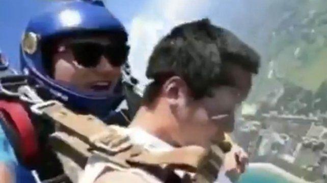 Saltó en paracaídas y se desmayó: su reacción al despertar se volvió viral