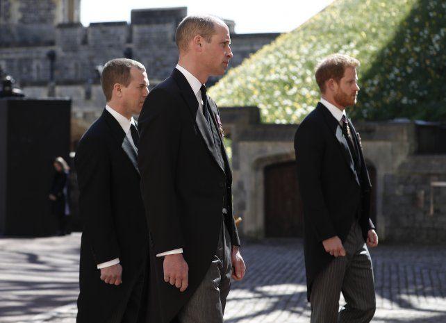 Separados por un primo, el príncipe William y su hermano Harry marcha detrás del féretro de su abuelo durante el funeral de príncipe de Edimburgo.