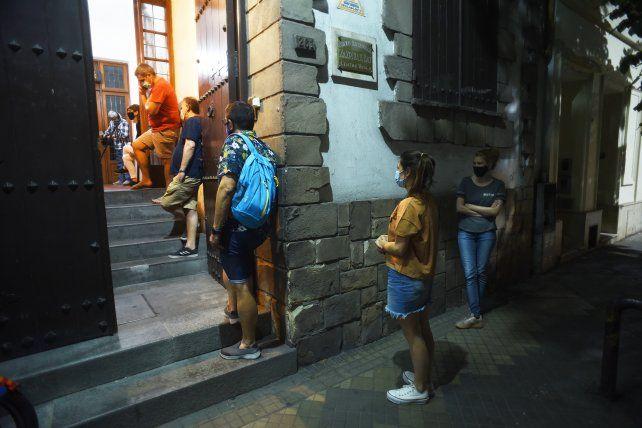 El Centro Vasco Zazpirak Bat, con fila de personas en la puerta esperando las tortillas vascas y el arroz con calamares en su tinta.