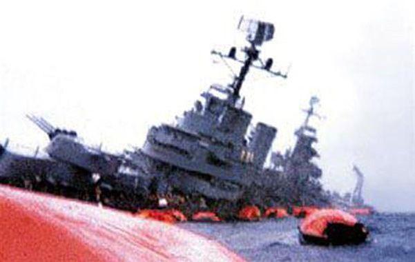 En el recuerdo. El navío argentino inclinado sobre una banda inicia su viaje final
