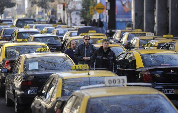 Choferes y titulares licencias de taxis amenazan con una medida de fuerza con altísimo nivel de acatamiento en la ciudad. (Foto: Celina Mutti Lovera)