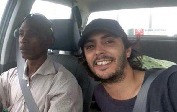 Santigo tiene 28 años y hace un año que está en África con su novia.