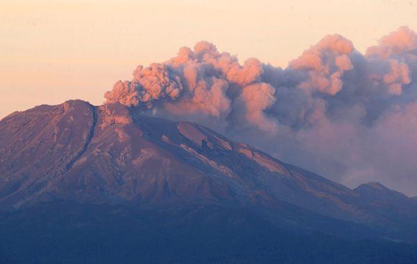 Pavoroso. El Calbuco registró una segunda erupción ayer y volvió a expulsar cenizas y material piroclástico.