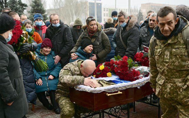 Familiares y amigos lloran desconsoladamente en el sepelio de un militar de 37 años que fue asesinado a tiros por un francotirador cerca de la aldea de Pisky en la región de Donetsk. Foto: - / Ukrinform / dpa