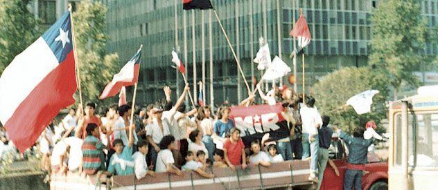 En octubre de 1988 los chilenos salieron a festejar la derrota de Pinochet en el plebiscito con el que buscaba ampliar otros ocho años más su permanencia en el poder.