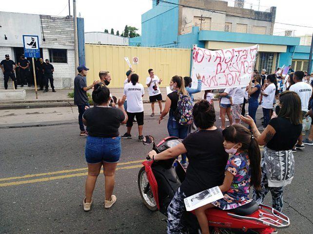 Familiares y amigos de Gonzalo Molina pidieron el esclarecimiento del crimen frente a la seccional 21ª.