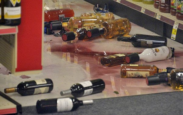 Impacto. Una licorería de Fullerton evidencia los efectos del sismo.