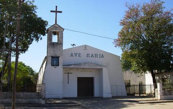 El sacerdote Julián Ruiz está a cargo de la parroquia del pueblo cercano al Chaco.