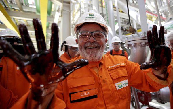 Del auge al pesimismo. Lula muestra sus manos empetroladas tras visitar en 2010 una plataforma offshore.