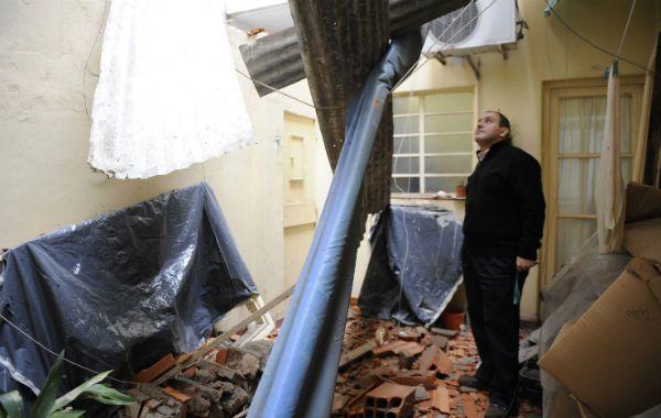 Un milagro. Uno de los vecinos con el patio de su casa destruido por el derrumbe. (Foto: M. Sarlo)